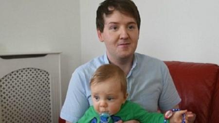 Kyle Casson, el gay que tuvo un hijo con su madre