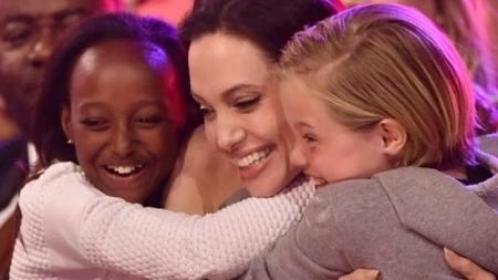 """Angelina Jolie, ante su hijo transexual: """"Cuando te digan que eres diferente, sonríe y mantén la cabeza en alto"""""""
