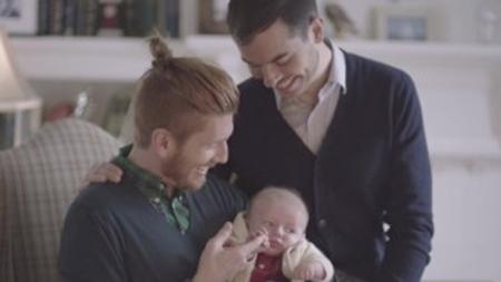 El anuncio del medicamento Tylenol con una pareja gay