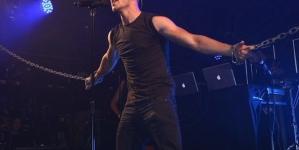Nick Jonas es encadenado por dos 'drag queens' en una discoteca gay en Londres