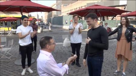 El video de una emocionante pedida de matrimonio gay
