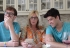 Madre ayuda a sus dos hijos gemelos gays a encontrar novio en Tinder