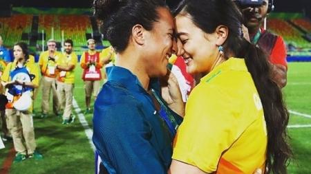 Jugadora brasileña de Rugby 7 recibe propuesta matrimonial de su novia en el estadio.