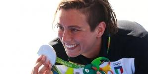 Nadadora italiana Rachele Bruni gana medalla de plata y la dedica a su novia.