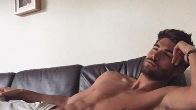 El modelo Nick Bateman muestra el culo