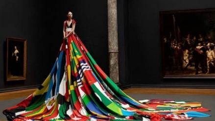 Transexual lleva un vestido hecho con las banderas de los países homófobos