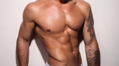 El modelo Charlie King, totalmente desnudo