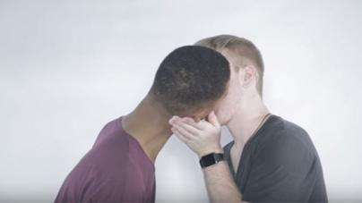Hombres heterosexuales besan por primera vez a hombres gay