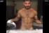Hombre hace lip-sync de Britney Spears mientras plancha sus camisas
