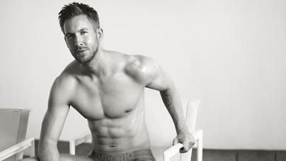 Calvin Harris muy hot en un pequeño Speedo azul
