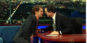 Andrew Garfield se besa con el presentador Stephen Colbert