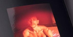 Grindr lanza un libro con hombres desnudos