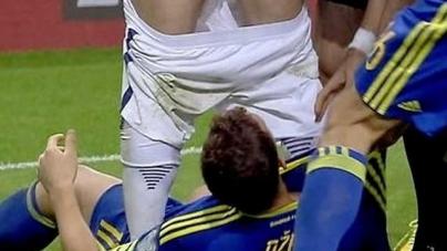Expulsan a un futbolista por desnudar a un rival
