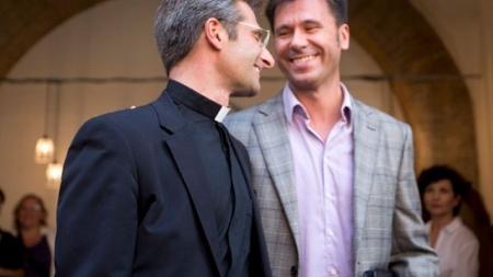 El cura gay Krzysztof Charamsa asegura que la mitad de los curas son gays