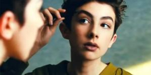 Rimmel London incluye a Lewys Ball maquillándose en su nueva campaña