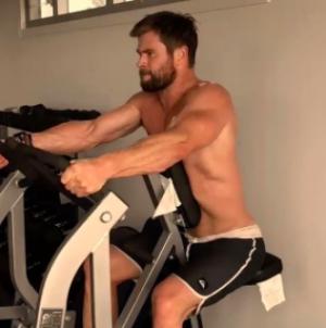 Chris Hemsworth sube video a Instagram hacienda ejercicio