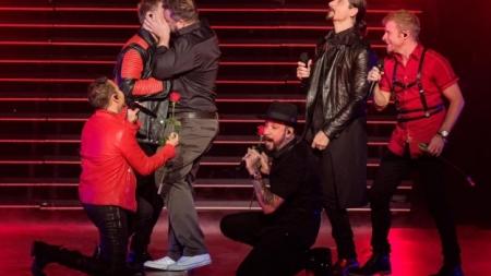 Joey Fatone besa a Nick Carter en pleno concierto