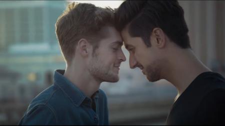 Volvo incluye pareja gay en su nuevo comercial