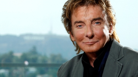 Barry Manilow sale del clóset