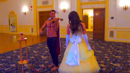 """Violinista sin camisa interpreta el tema de """"La Bella y la Bestia"""" en version gay"""