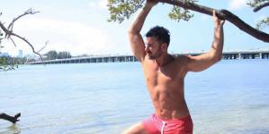 Mauricio Mejía enseña su trasero en la playa