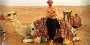 Zac Efron presume su cuerpazo en el desierto de Dubai