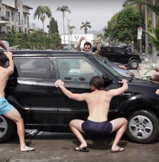 El youtuber Michael Henry en el mas sexy car wash