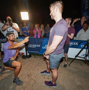 Atleta gay cruza el océano para proponerle matrimonio a su novio