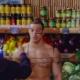 Hombre con body paint juega broma en supermercado