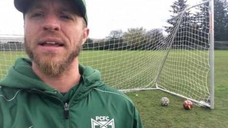 Entrenador trans salió del clóset con sus jugadores de futbol