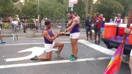 Propuesta de matrimonio en pleno Gay Pride