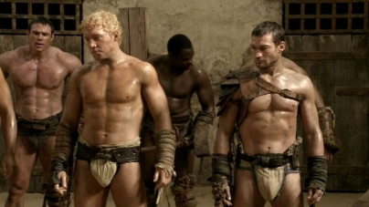 "El actor Jai Courtney desnudo en ""The Excpetion"""