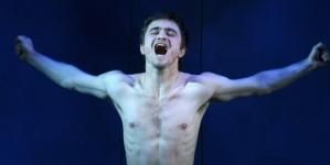 Daniel Radcliffe se desnuda en el teatro