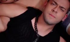 El cantante puertorriqueño Jose Alfredo ,se declara gay con el video 'Si Me Besas'