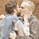 Miguel Bosé y Benny Ibarra se dan tremendo beso en el escenario