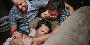Pareja gay es tiernamente retratada en el parto de su primer hijo