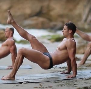 Bryan Hawn ejercitandose en la playa