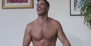 Hombre desnudo cambia el taco de billar