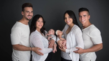 Pareja de lesbianas tiene dos hijos, con un matrimonio de chicos