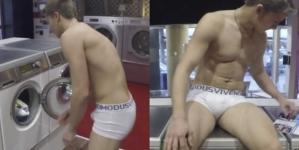 Hombre llega a la lavandería y echa a lavar la ropa que llevaba puesta