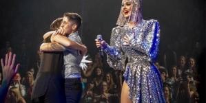 Chicas se comprometen en concierto de Katy Perry