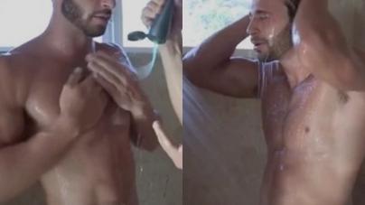 Dos chicos desnudos en la ducha enjabonando sus cuerpos
