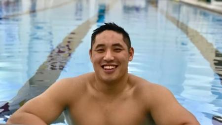 John Kim, Capitán de equipo de natación se declara homosexual frente a sus compañeros