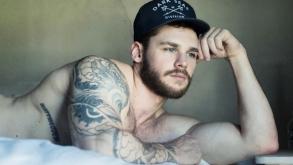 Matthew Camp y su video mostrando mucha piel