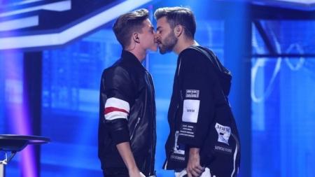 Operación Triunfo España transmite beso gay en televisión abierta