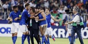 Andrea Petagna celebra victoria de su selección en ropa interior