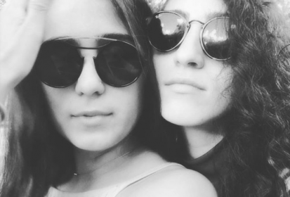 Hija de Gloria Estefan celebra un año de relación con su novia