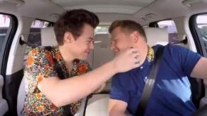 Harry Styles da tremendo beso navideño a James Corden
