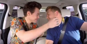 Harry Styles da tremendo beso navideño a James Corden