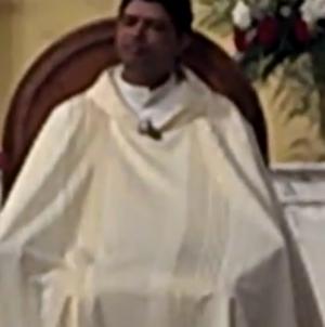 Sacerdote es pillado masturbándose en plena misa